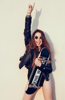Menina do hipster com skateboard