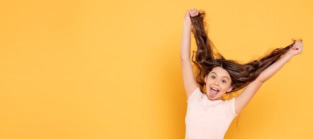 Menina do retrato brincando com cabelo