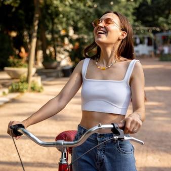 Menina do retrato com bicicleta