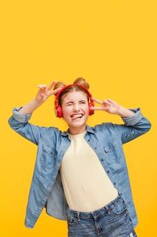 Menina do retrato com fones de ouvido