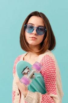 Menina do retrato com skate