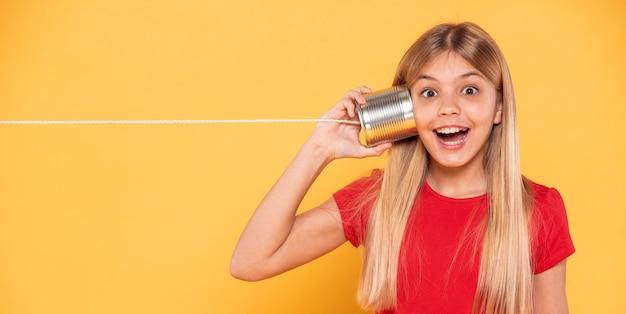 Menina do retrato com walkie-talkie