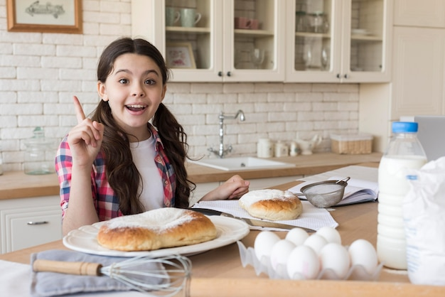 Menina do retrato em casa cozinhando