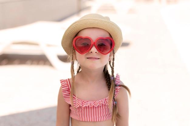 Menina do retrato na piscina