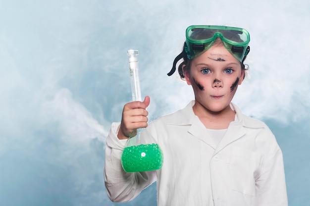 Menina do retrato no laboratório de ciências