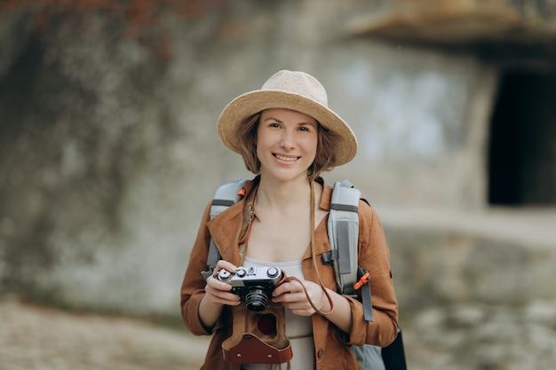 Menina do retrato posando para a câmera tirando foto com pedras