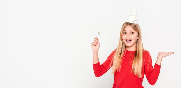 Menina do retrato pronta para a festa de aniversário