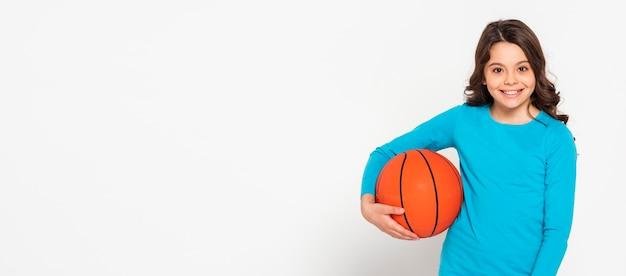 Menina do retrato segurando uma bola de baskteball