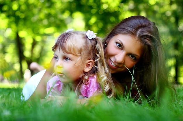 Menina doce e bonita com a mãe