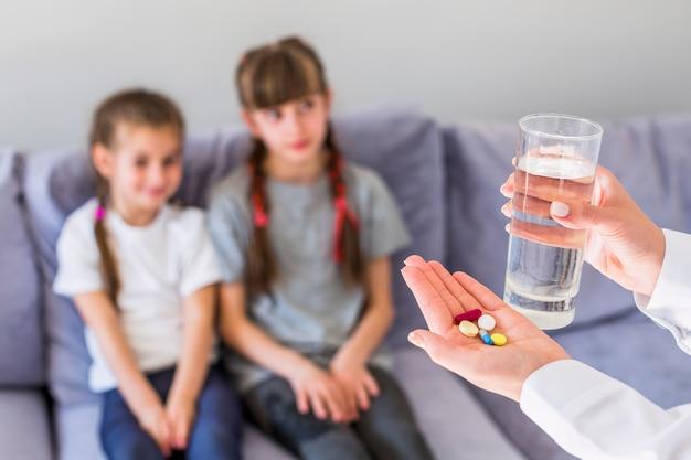 Menina doente com comprimidos