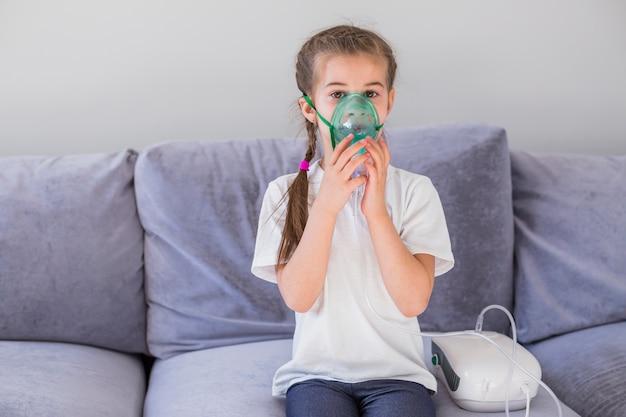 Menina doente com máscara