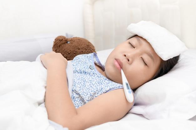 Menina doente com termômetro na boca