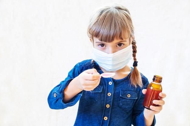 Menina doente criança. prescrever tratamento. foco seletivo.