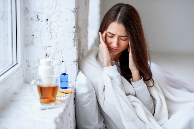 Menina doente, sofrendo de enxaqueca