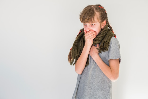 Menina doente tossindo