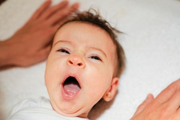Menina dois meses de idade bocejando