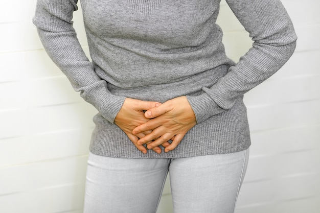 Menina dor na virilha. problemas médicos ou ginecológicos, cuidados de saúde. conceito de higiene da saúde.