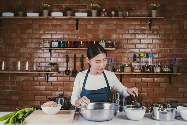 Menina dos doces na cozinha.
