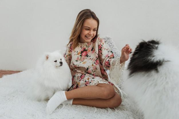 Menina e cachorrinhos brancos fofos