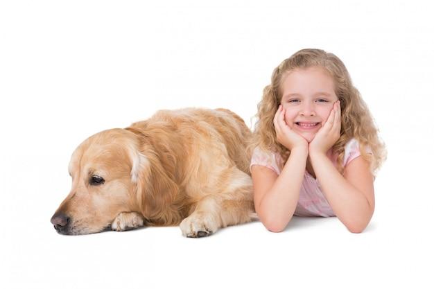 Menina e cachorro deitado no chão