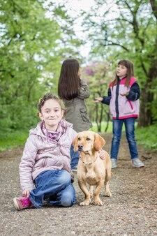 Menina e cachorro no parque