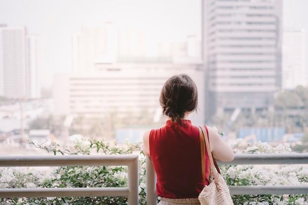 Menina e cidade