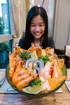 Menina e frutos do mar