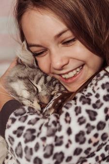 Menina e gato sendo felizes e amáveis