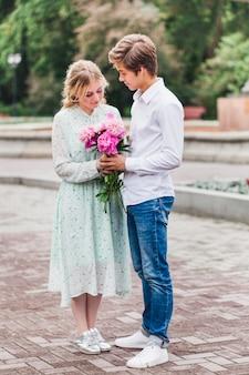 Menina e jovem, data, comunicação, presente, sorriso, primeiro beijo, família, encontrar amigos