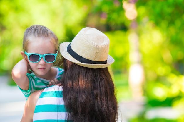 Menina e jovem mãe durante as férias de praia