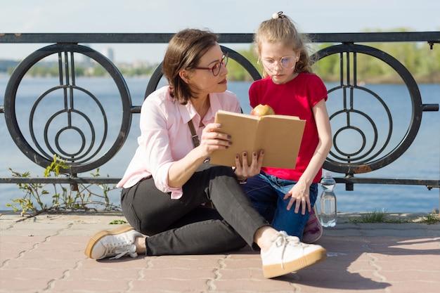 Menina, e, mãe, lendo livro