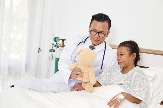 Menina e médico no hospital