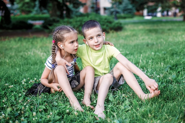Menina e menino compartilhando fones de ouvido para ouvir música juntos