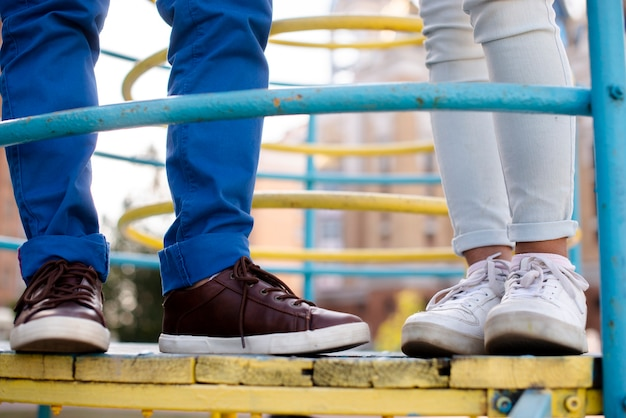 Menina e menino feets closeup vista