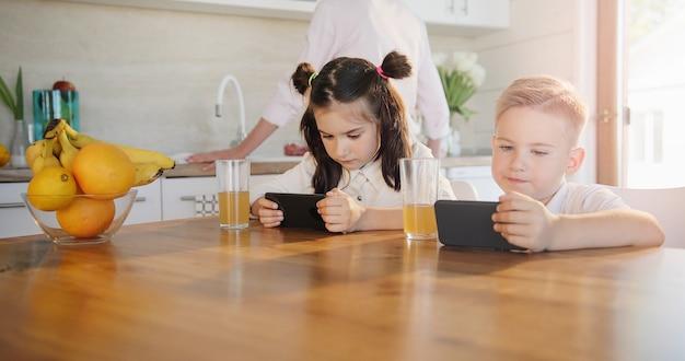 Menina e menino usando tablets digitais