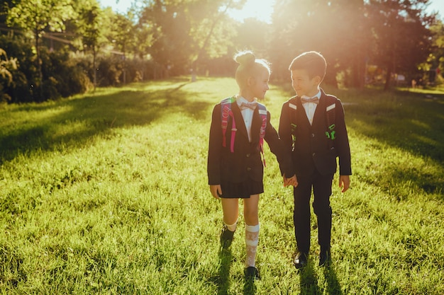 Menina e menino vestido com uniforme escolar