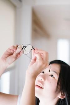 Menina e óculos
