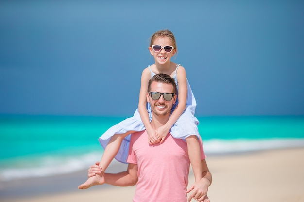 Menina e pai feliz se divertindo durante as férias de praia