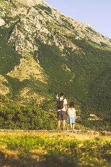 Menina e pai viajam pelas montanhas de montenegro