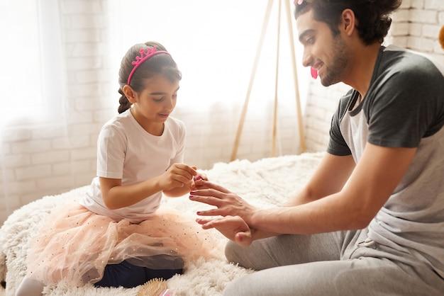 Menina é passar tempo com o pai de cuidados.