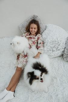 Menina e seus cachorros em alta vista