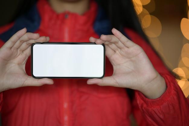 Menina e telefone móvel de tela em branco