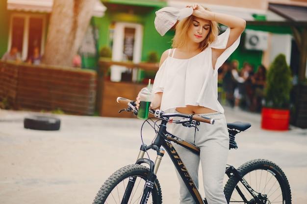 Menina elegante com bicicleta