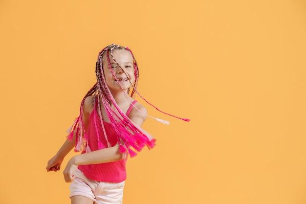 Menina elegante com dreadlocks rosa