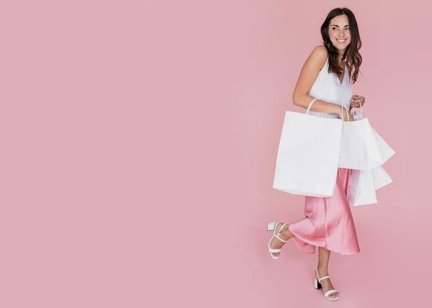 Menina elegante com muitas redes de compras