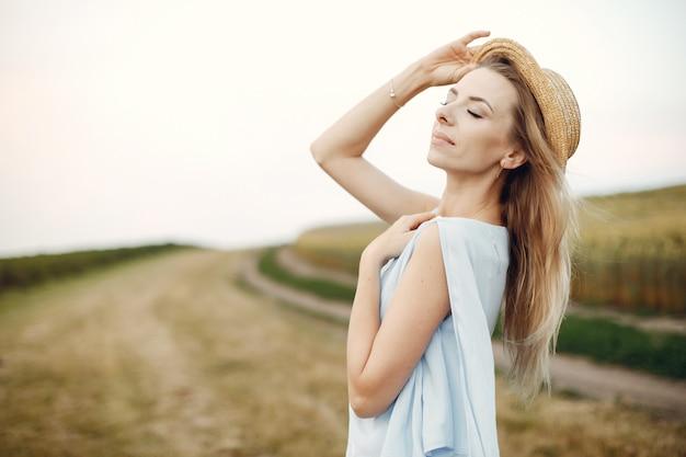 Menina elegante e elegante em um campo de outono