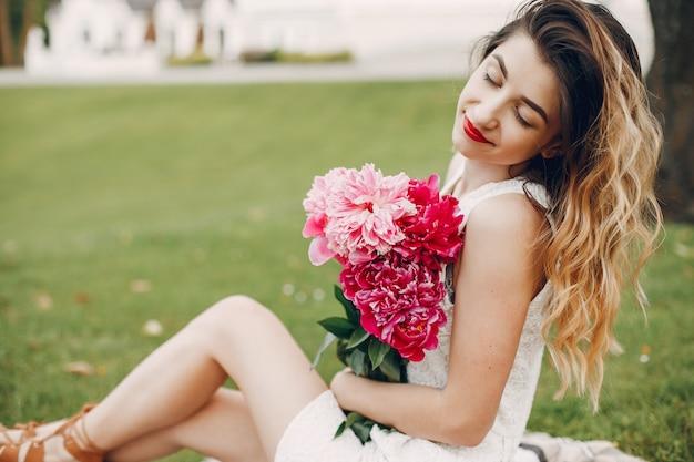 Menina elegante e elegante em um jardim de verão