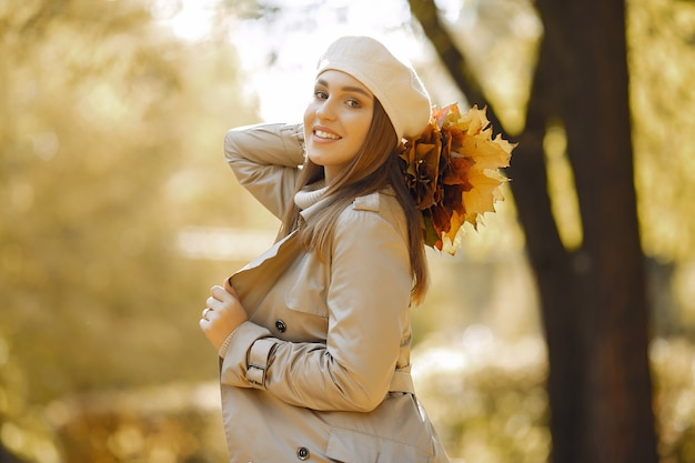Menina elegante e elegante em um parque de outono