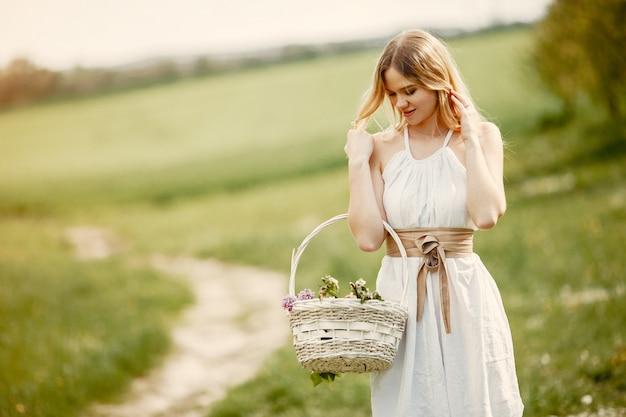 Menina elegante e elegante em um parque de primavera