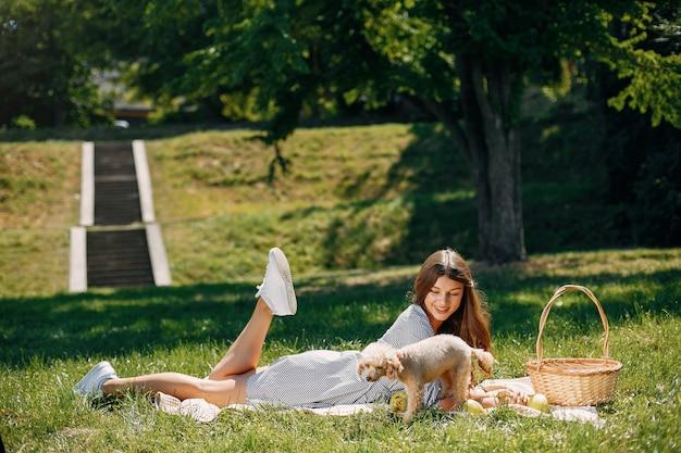 Menina elegante e elegante em um parque primavera